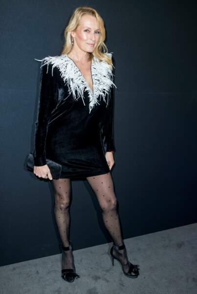 Estelle Lefébure très sexy en robe courte noire et décolletée