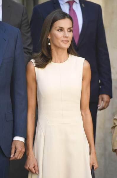 Letizia d'Espagne très chic en robe longue crème
