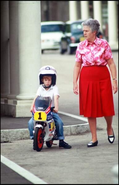 Le prince Harry fait de la mini moto, accompagné de sa nounou, en 1990