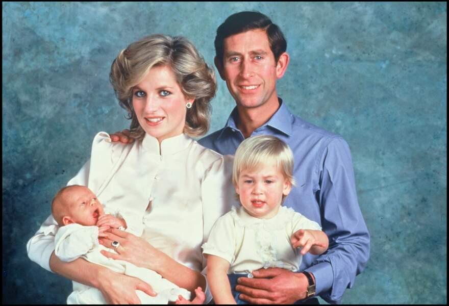 Lady Diana et le prince Charles posent avec leur fils William (2 ans) et leur nouveau-né Harry, en 1984