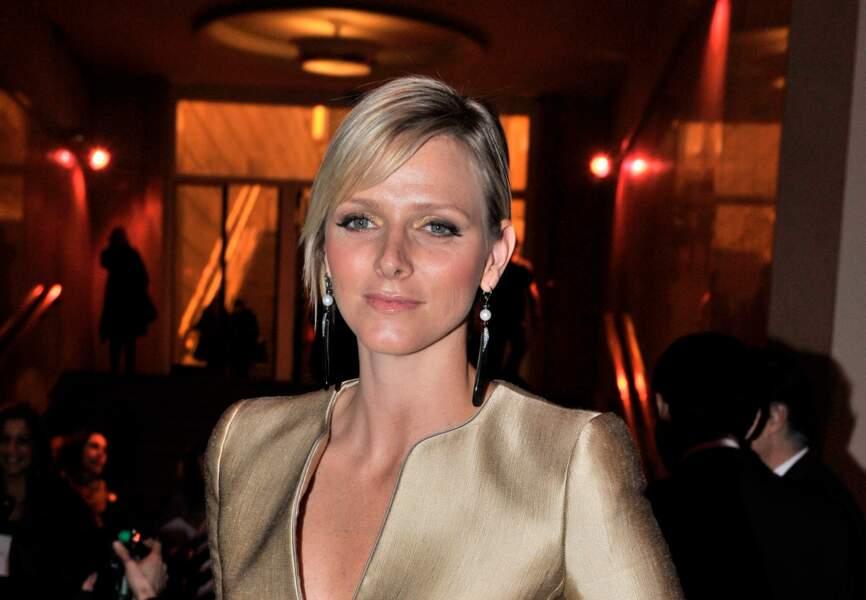 Charlène de Monaco : Mèches coiffées sur le côté et make-up cuivré lors du défilé Armani en 2009