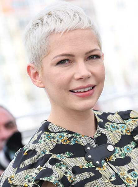 Le coupe courte sur blond décoloré de Michelle Williams