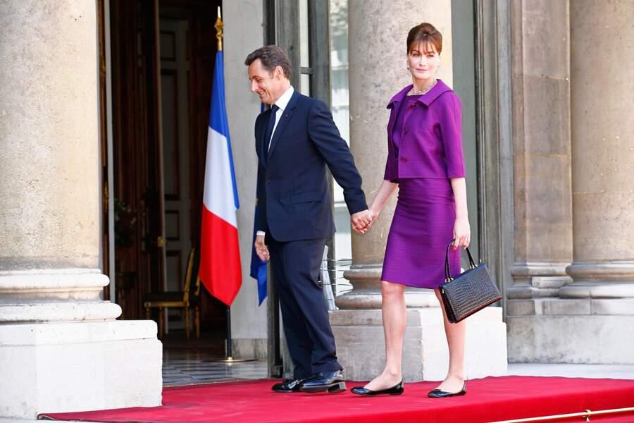 Avec Nicolas Sarkozy en tailleur parme sur le perron de l'Elysée, pour la garden party du 14 juillet 2008