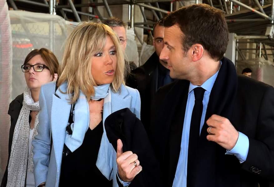 Brigitte Macron et son mari Emmanuel Macron arrivent à la gare de Bordeaux, France, le 9 mars 2017.