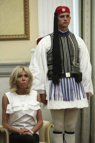 Elle a opté pour une blouse blanche