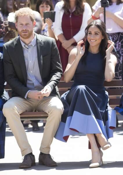 Meghan Markle et le prince Harry visitent un lycée de filles à Sydney le 19 octobre.