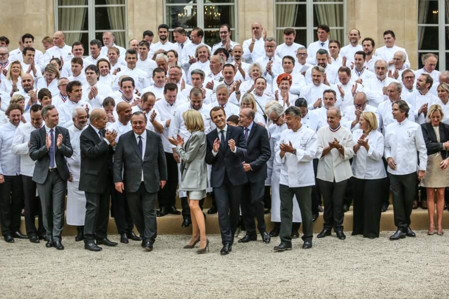 Le couple Macron pose avec les chefs à l'Elysée