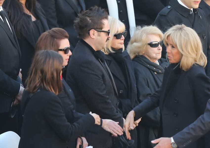 Brigitte Macron, saluant Seda, la fille de Charles Aznavour, et Aïda, sa soeur