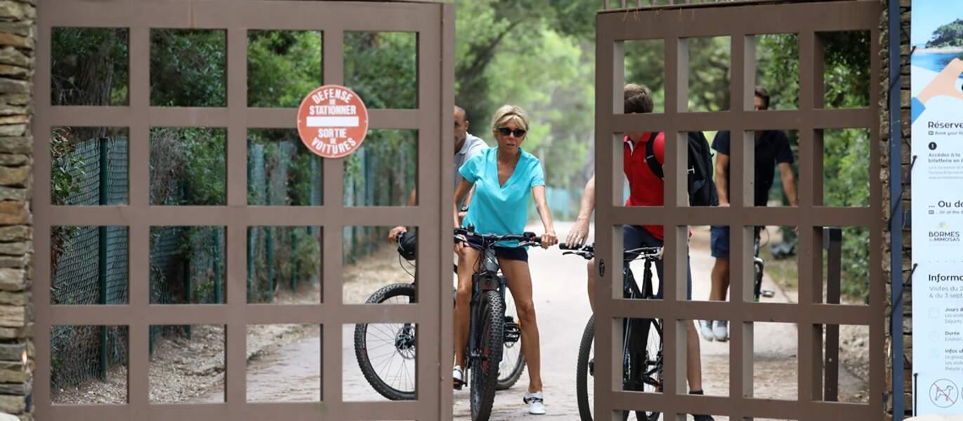 Brigitte Macron s'offre une balade à vélo