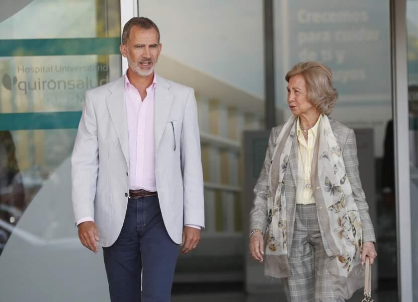 Le roi Felipe VI d'Espagne et la reine Sofia à l'hôpital de Madrid où Juan Carlos a été opéré du coeur, le 24 août.