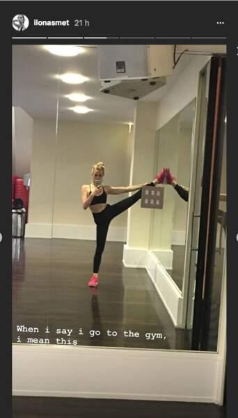 Ilona Smet commence toujours une séance de sport par des étirements et des grands écarts.. debout