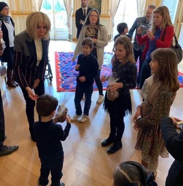 A quelques jours de la fête de Pâques, Brigitte Macron a offert un coq en chocolat à chacun des enfants