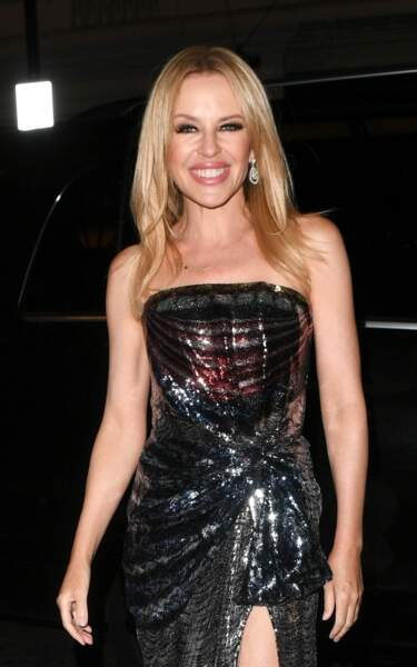 Kylie Minogue (50 ans), lumineuse en robe bustier métallisée, à Londres en 2018
