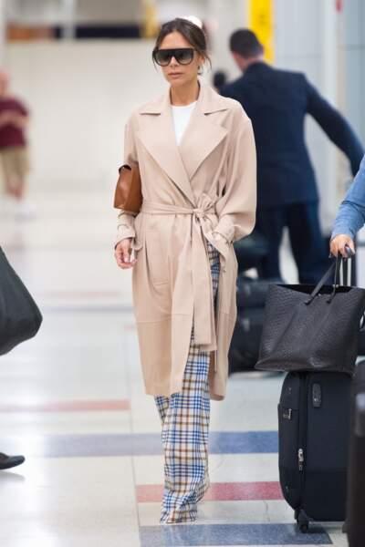 Victoria Beckham propose un look de mi-saison pour des jours relax.