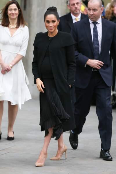 Meghan Markle, enceinte, a misé sur un pull et une jupe volante sous son manteau Givenchy. Chic !