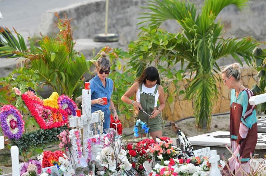 Laeticia et Jade Hallyday se recueillent sur la tombe de Johnny au cimetière de Lorient, le 20 avril 2018