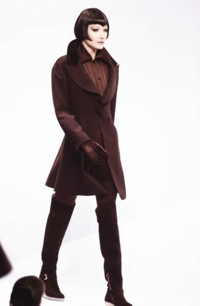 Carla Bruni et son carré court brun avec frange taillée en pointe, sur le défilé Claude Montana en 1993 à Paris