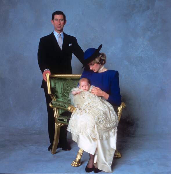Le prince Harry entouré de ses parents lors de son baptême, le 21 décembre 1984