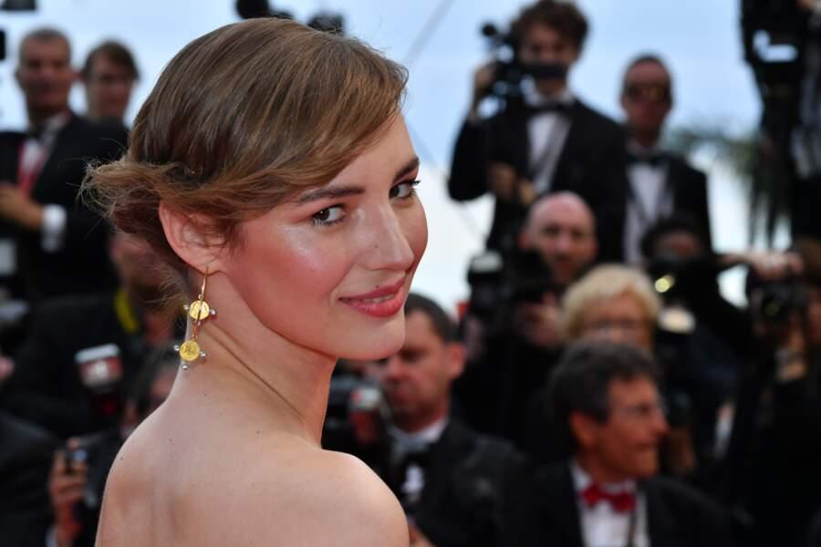 Louise Bourgoin a laissé ses épaules apparentes pour ce premier tapis rouge de Cannes 2019