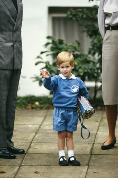En sweat bleu et bermuda coordonné, Harry fait son entrée à la crèche, le 16 septembre 1987