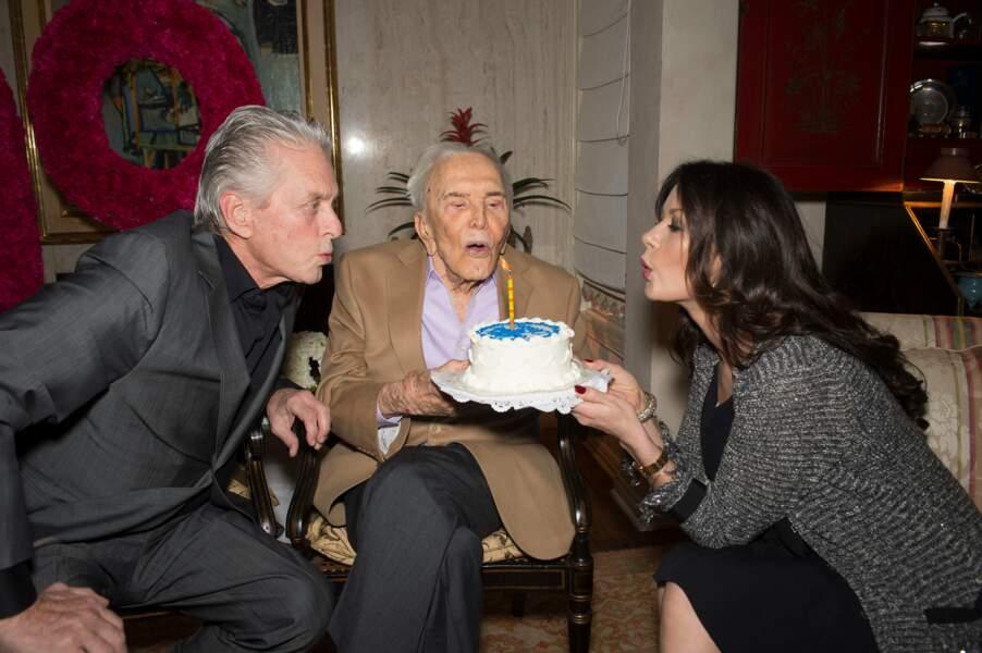 Michael Douglas et sa femme aux 99 ans de son père, Kirk Douglas (2015)