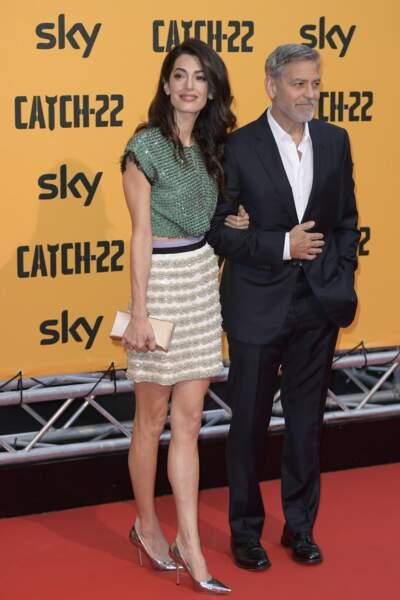 """George Clooney et Amal Clooney Alamuddin, sublime en mini jupe à la première de""""Catch 22"""" à Rome, le 13 mai 2019."""