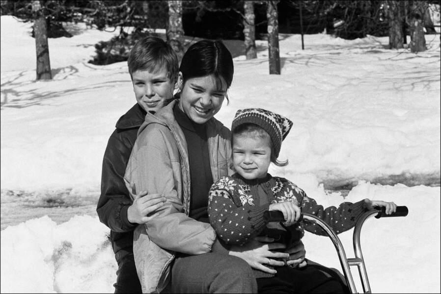 Albert, Caroline et Stéphanie de Monaco en vacances à Gstaad, en 1969