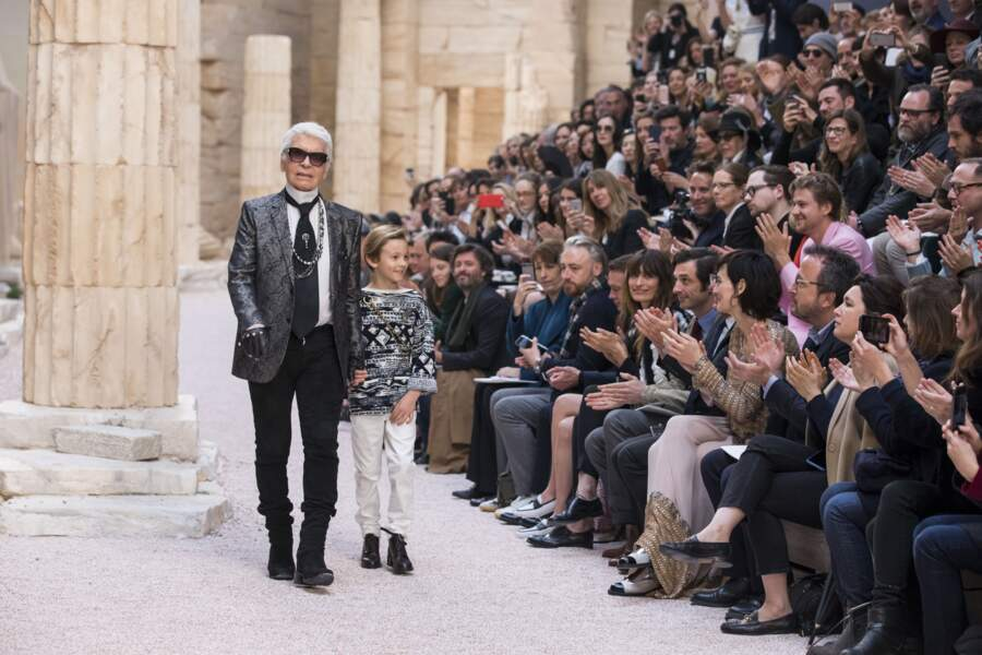 """A 9 ans, lors du premier défilé de mode """"Chanel Cruise"""" au Grand Palais en 2017"""