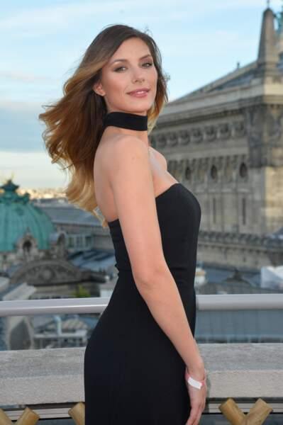 """Camille Cerf  à la soirée """"Evian Oversize"""" sur les toits des Galeries Lafayette à Paris, le 23 mai 2017"""