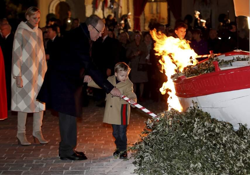 Aidé par son père, Jacques allume la barque lors de la célébration de la Sainte Dévote, Sainte patronne de Monaco