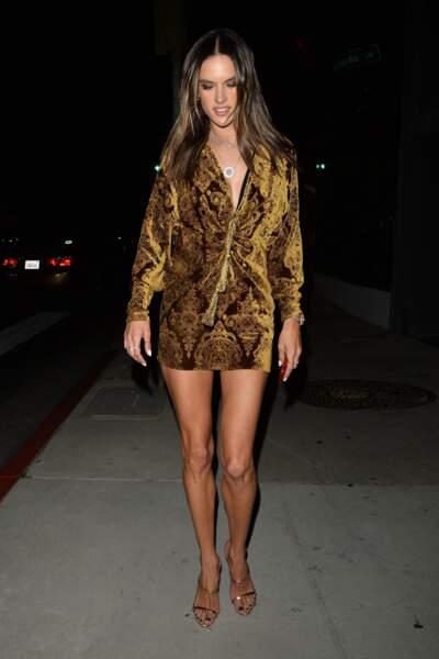 Alessandra Ambrosio en robe courte dorée à Hollywood le 24 avril 2018