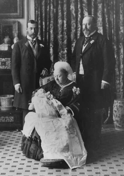 Le roi Edward VIII dans les bras de la reine Victoria après son baptême, en 1894