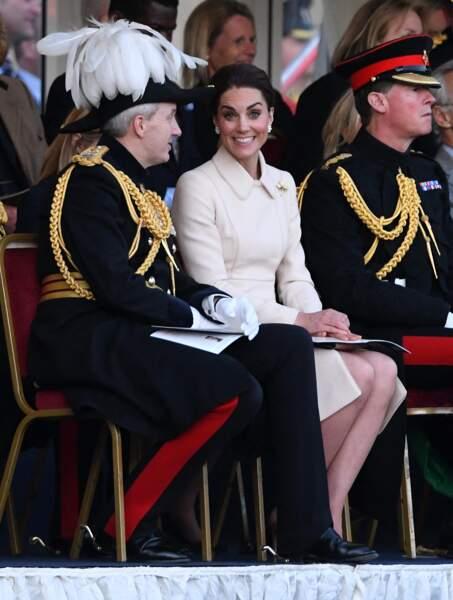 Kate Middleton très élégante en manteau crème et chignon chic