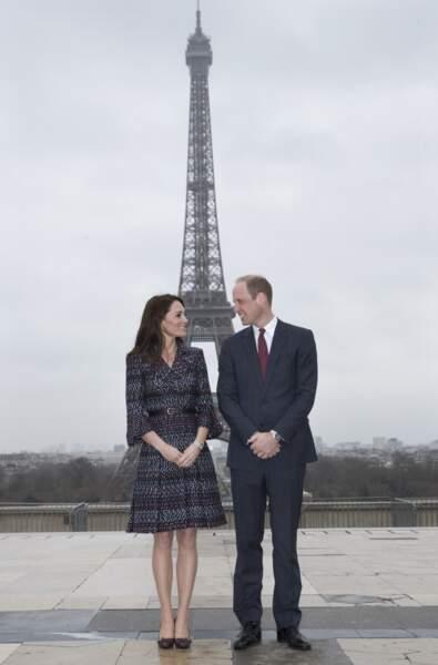 William et Kate posent devant la tour Eiffel lors d'une visite du couple à Paris, le 18 mars 2017