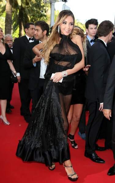 Nabilla Benattia n'a pas réussi à cacher totalement sa poitrine lors du festival de Cannes 2014.