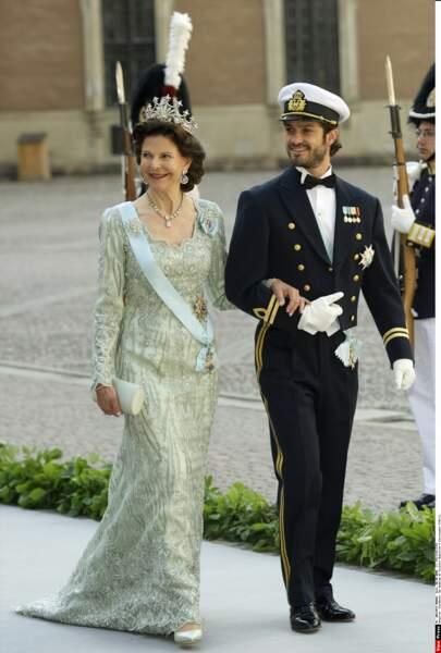 Un homme qui respecte sa maman? Quoi de plus touchant? Carl-Philip emmène la reine Silvia au mariage de sa soeur