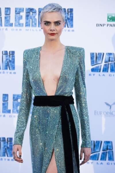 Dans sa robe Alexandre Vauthier ultra décolletée, Cara Delevingne dévoile de jolis seins tatoués
