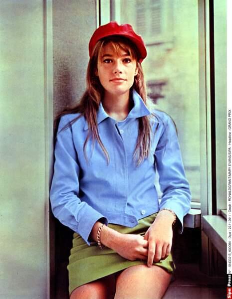 """Jolie Gavroche sur le tournage de """"Grand Prix"""" en 1966. La casquette restera longtemps un accessoire privilégié."""