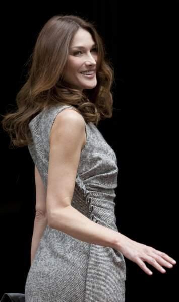 En robe gris chiné plissé sur le côté, lors d'un voyage à Londres avec Nicolas Sarkozy en 2010