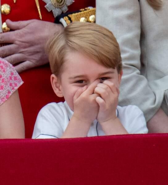 Le prince George se cache le visage