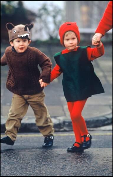 Le prince Harry dans la rue en déguisement de Noël, en 1987