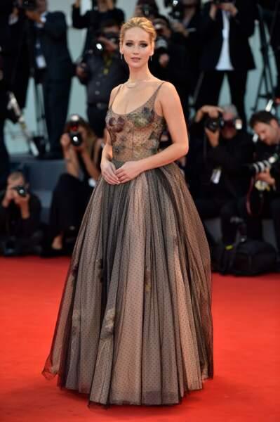 Jennifer Lawrence, une plastique parfaite glissée dans une sublime robe Dior couture au décolleté transparent