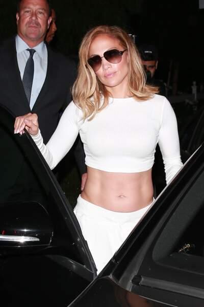 Jennifer Lopez tous abdos dehors lors d'un dîner à West Hollywood le 24 août 2019
