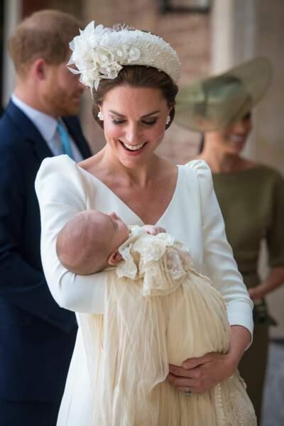 Kate Middleton avec le dernier à avoir porté cette robe, le prince Louis, le 9 juillet 2018