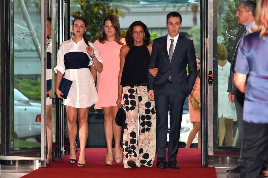 Stéphanie de Monaco entourée de Pauline, Camille et Louis, lors du gala de l'association Fight Aids Monaco en 2015
