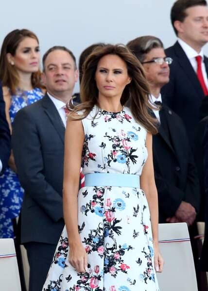 Melania Trump lors du défilé du 14 juillet place de la Concorde, à Paris, le 14 juillet 2017. Une robe blanche fleurie, fraîche, parfaite pour la saison.