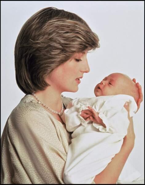 Le prince William, âgé de quelques jours, dans les bras de sa mère Lady Diana, lors d'une séance photo en 1982