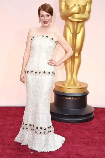 Julianne Moore fait son petit effet en robe bustier Chanel, en 2015.