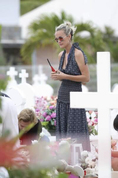Laeticia dépose des bougies sur la tombe de Johnny  à Saint-Barthélemy, le 23 avril 2018