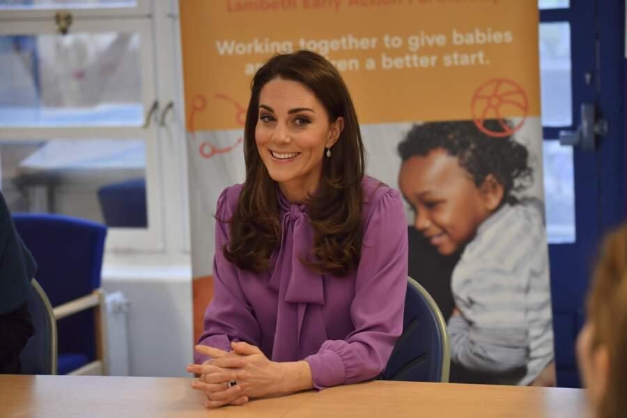 Kate Middleton lors de sa visite du centre Henry Fawcett pour enfants à Londres le mardi 12 mars